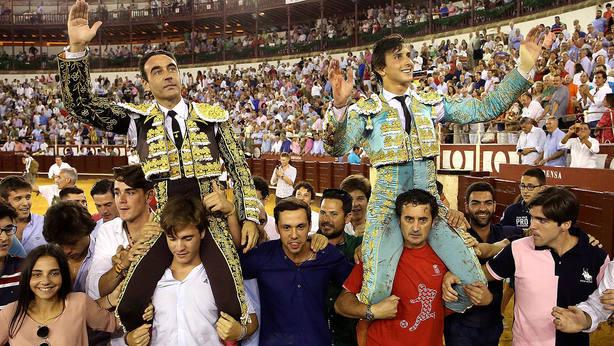 Enrique Ponce y Andrés Roca Rey en su salida a hombros este sábado en Málaga