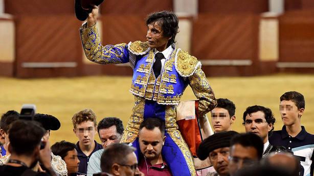 Curro Díaz en su salida a hombros este miércoles en la plaza de toros de Almería