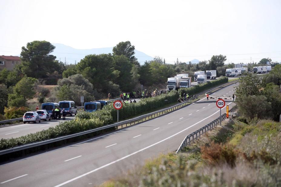 El corte de la AP-7 causa retenciones y tensión entre camioneros y CDR