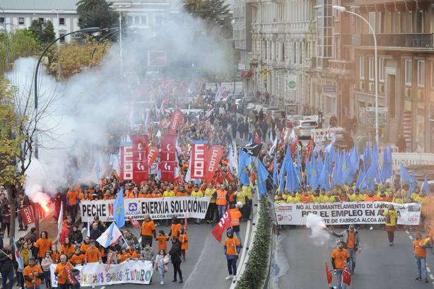 Miles de personas se manifiestan en A Coruña contra el cierre de las plantas de Alcoa