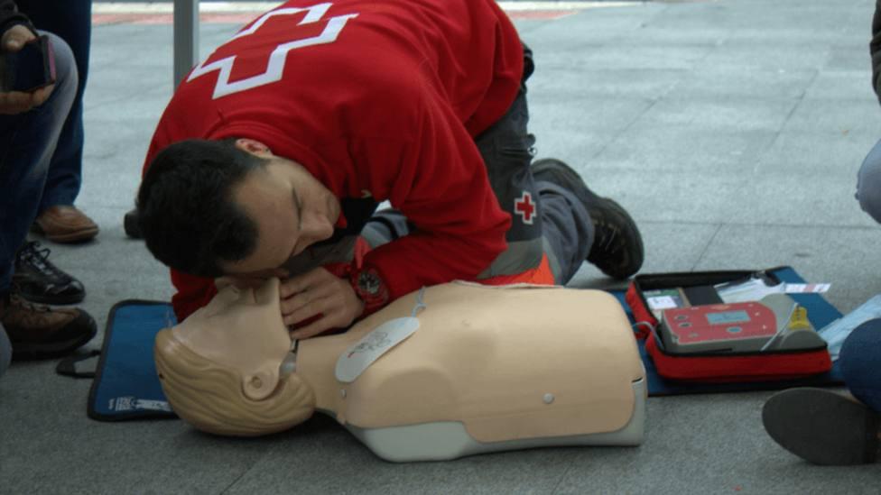 Cruz Roja realiza una demostración de RCP y desfibrilación