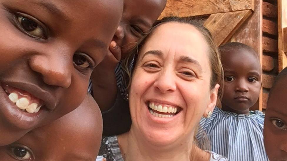 Gloria María con unos niños, durante su viaje a Karabole (Uganda)