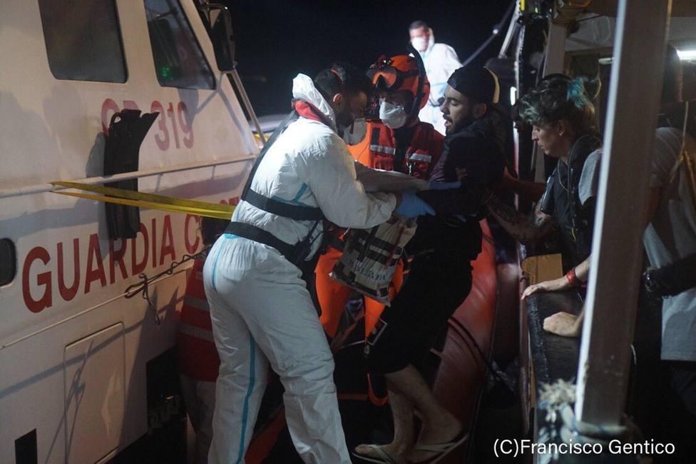 Desembarcan otros cuatro migrantes del Open Arms, tres de ellos por razones médicas