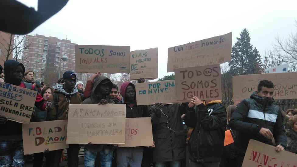 Vecinos del barrio de Hortaleza se manifiestan frente al centro de menores contra el racismo y los discursos de odio