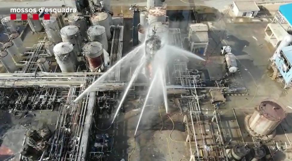 La extinción del incendio en la empresa química donde hubo la explosión en La Canonja