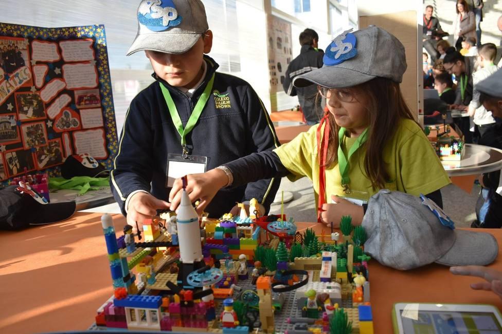 Dos escorales ante una de las maquetas eleborada con piezas de LEGO - FOTO: Universidad de A Coruña
