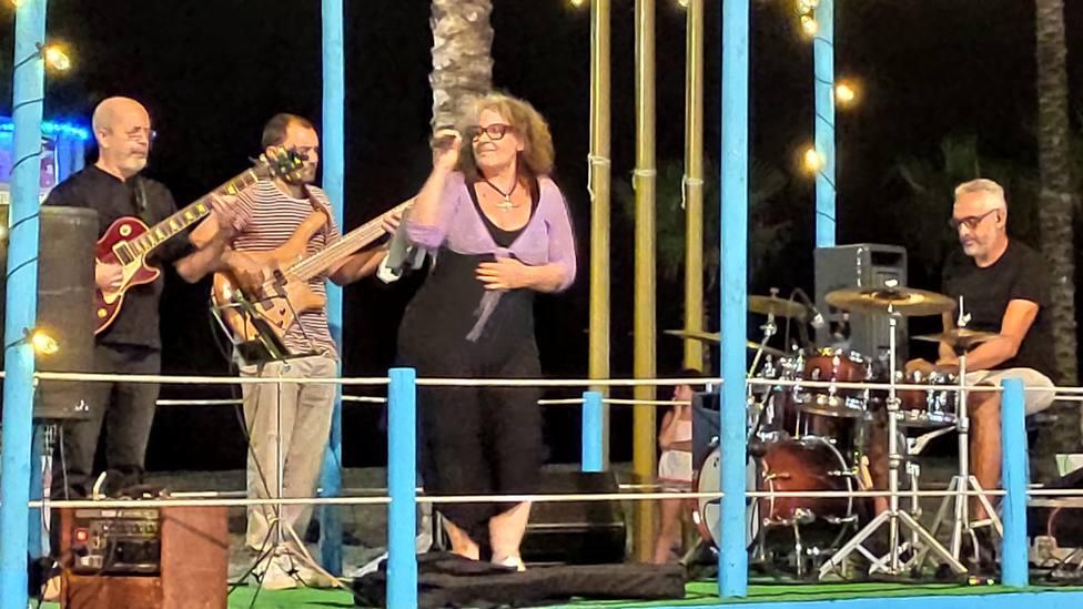 THE BIG SMALL BAND ANIMO ANOCHE EL PASEO DE LA HERRADURA CON BUENA MUSICA EN DIRECTO