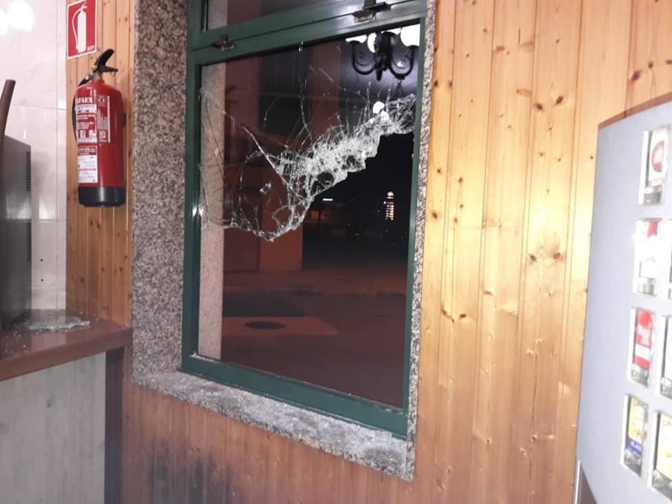 Los ladrones utilizaron dos mazas para romper el cristal blindado - FOTO: Cedida
