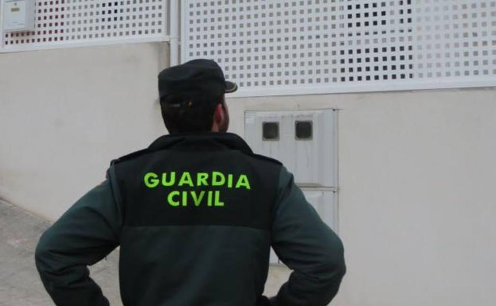 Los agentes los detuvieron como responsables de un delito de allanamiento de morada