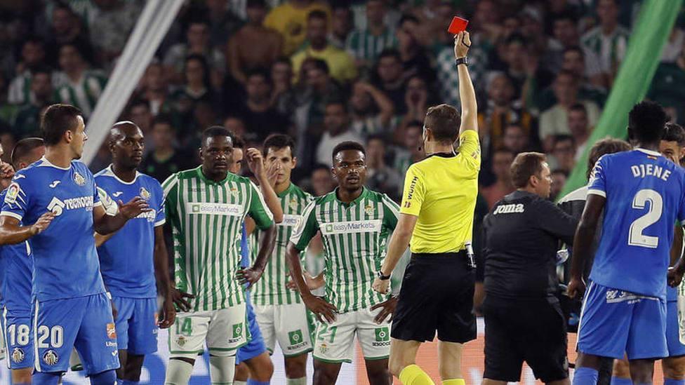 Carvalho observando la cartulina roja en el partido disputado en la 19-20