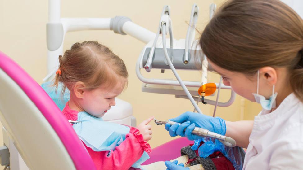 ¿A qué edad debes llevar a tu hijo por primera vez al dentista?