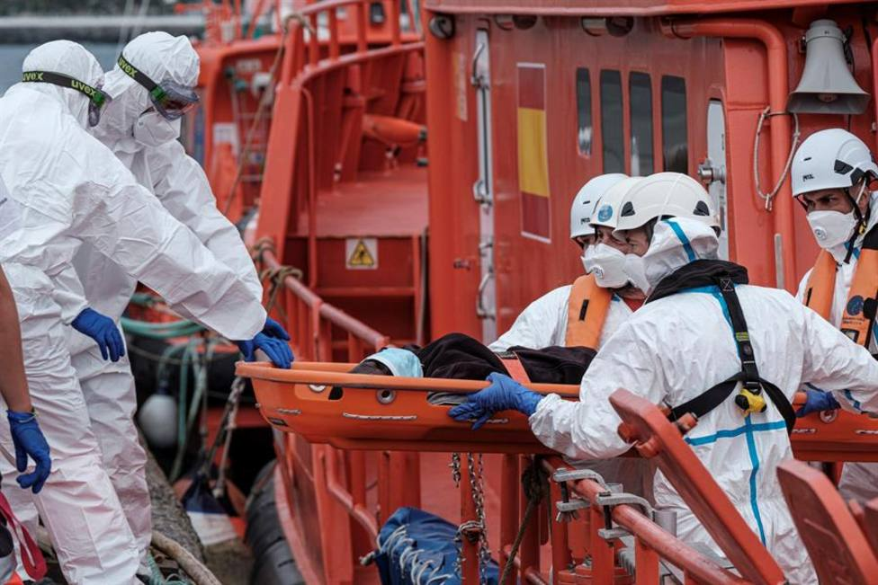 Salvamento marítimo rescatando a inmigrantes en Canarias