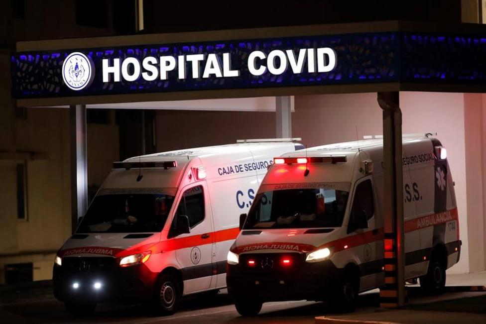 Ambulancias trasladan a dos pacientes enfermos con la COVID-19 al Hospital COVID en Panamá