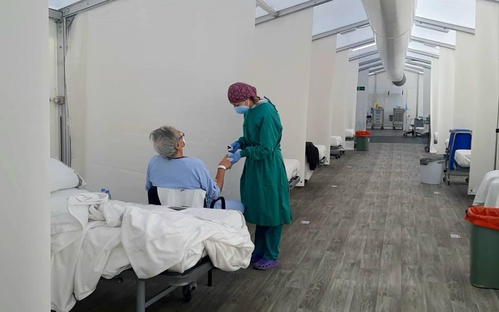 Atención a pacientes de Covid en el hospital de campaña de Alicante