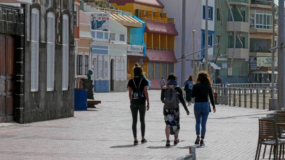Imagen de tres jóvenes caminando por un paseo marítimo en Las Palmas de Gran Canaria - Europa Press