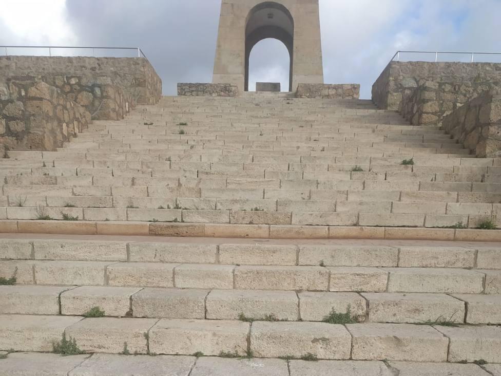 Arrancan de cuajo y destrozan la barandilla de acceso al Sagrado Corazón de Almería