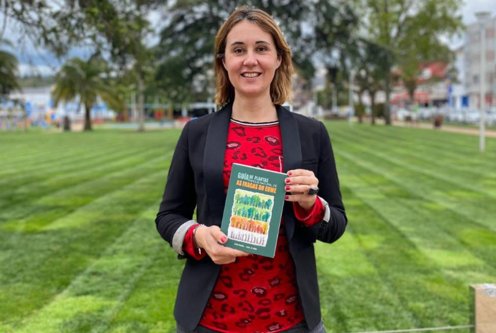 Elena López, concejala de Turismo de As Pontes, con un ejemplar del libro editado - FOTO: Ayun. de As Pontes