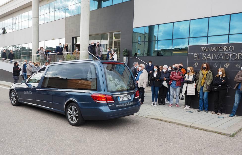 Amigos, familiares y compañeros de profesión reciben el féretro de Roberto Fraile a su llegada a Valladolid