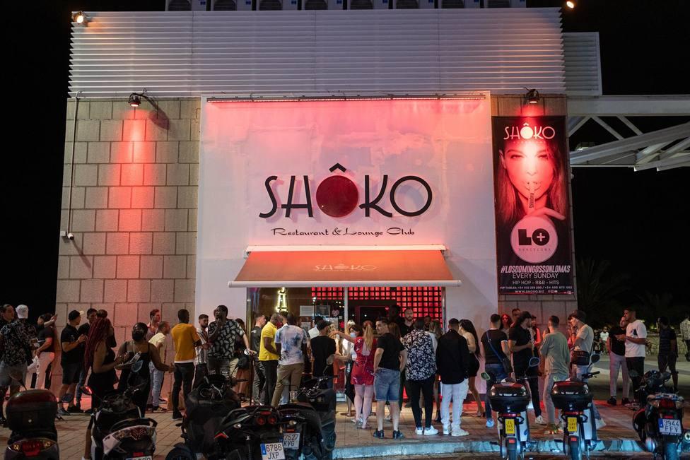Jóvenes hacen cola para entrar a la discoteca Shoko, a 27 de junio de 2021