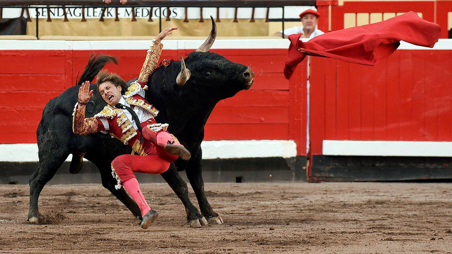 Momento de la cogida sufrida por Juan Leal este domingo en Bilbao