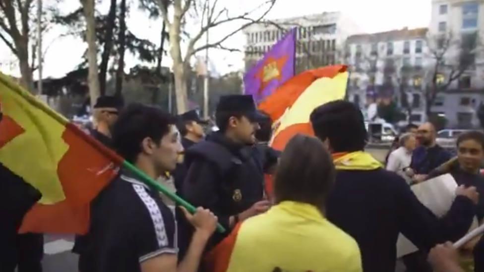 La conmovedora lección de un policía a unos jóvenes con banderas de España en la manifestación independentista