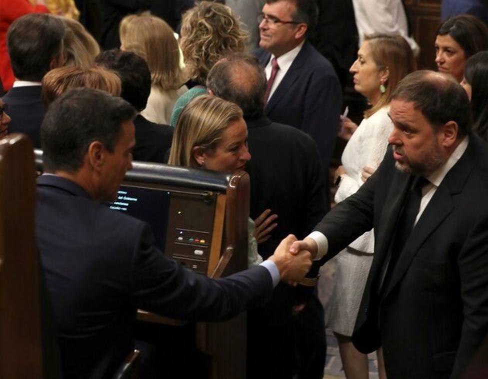 Sánchez saluda a Junqueras durante la sesión de constitución del Congreso