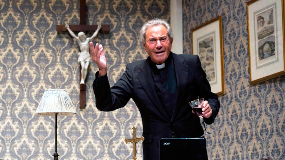 Arturo Fernández, vestido de sacerdote, en la obra Enfrentados | EFE