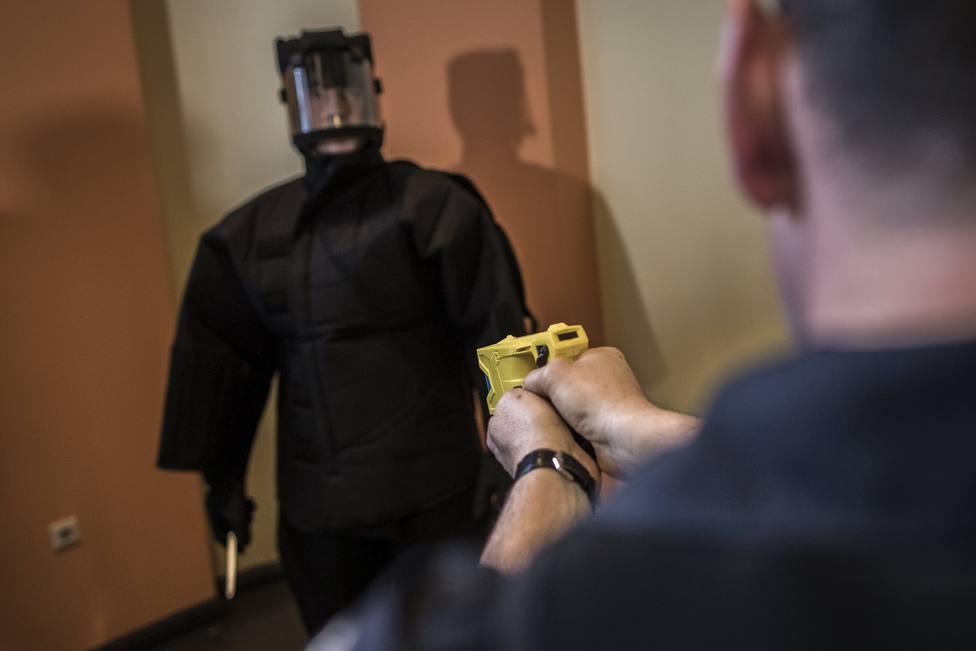 Cómo funcionan las pistolas Táser que llevará la Policía Nacional y de Madrid