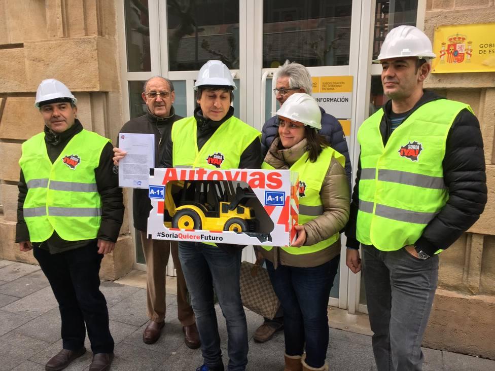 Soria Ya en la entrega hoy de una excavadora y una carta al ministro Ábalos en la subdelegación del Gobierno