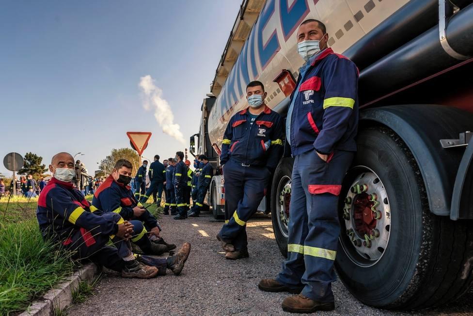 Empleados de Alcoa San Cibrao apostados sobre un camión en la entrada de la fábrica