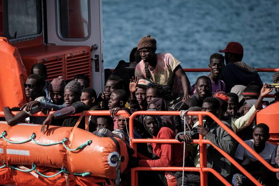 Llegada de 118 inmigrantes de un cayuco y una patera al muelle de Arguineguín