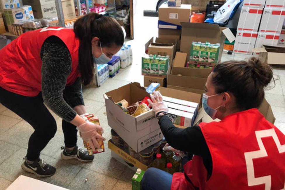 Dos voluntarias de la Cruz Roja, durante un reparto de alimentos el pasado mes de octubre