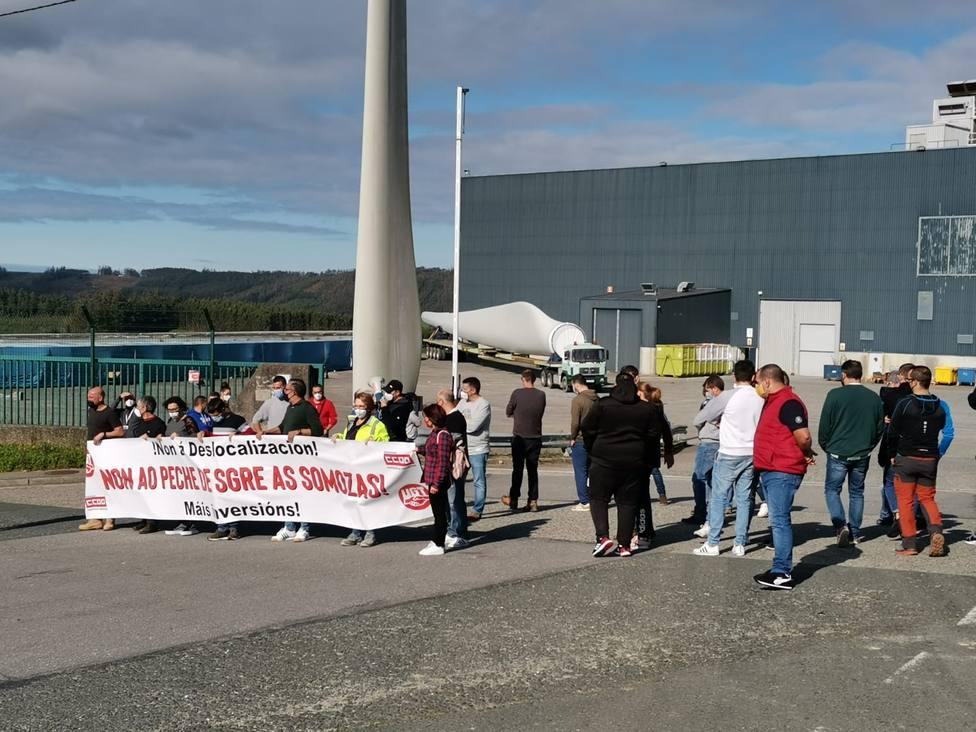 Foto de archivo de una concentración de trabajadores de Siemens Gamesa ante la planta - FOTO: Cedida