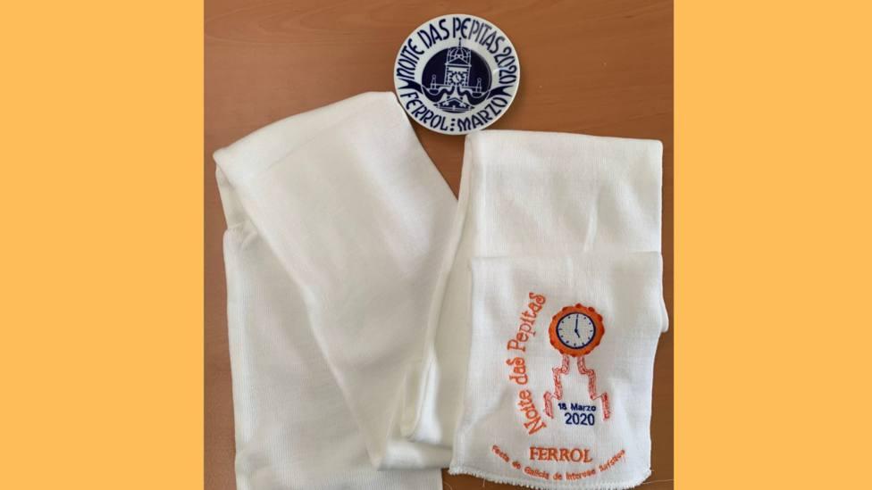 Bufanda y plato de Sargadelos entregado a los Bomberos de Ferrol por su patrón - FOTO: Cedida