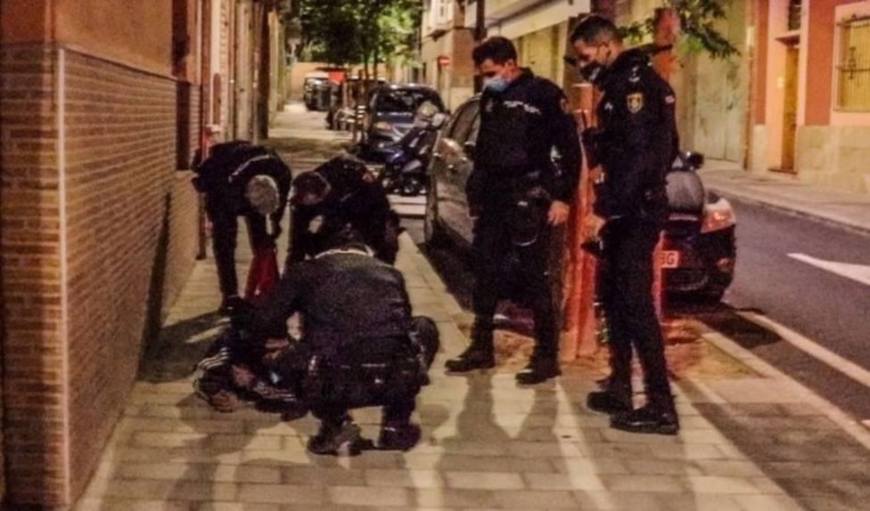 Detenidos dos hombres en Alicante por apuñalar a otro en plena calle tras una discusión