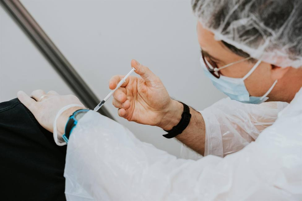 Un sanitario aplicando una vacuna del coronavirus - FOMENT DEL TREBALL