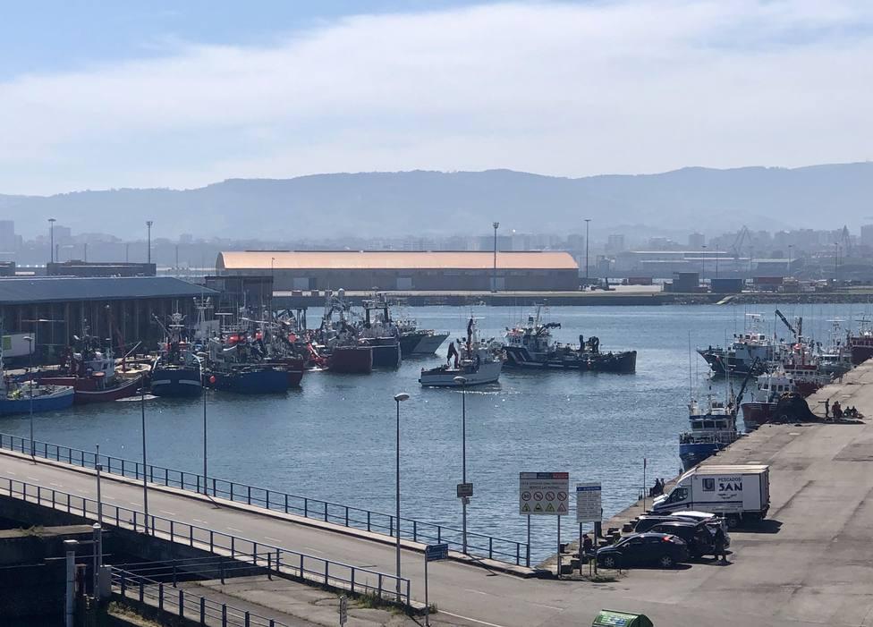 Barcos a la espera de desembarcar sus capturas de bocarte en el puerto de El Musel (Gijón)