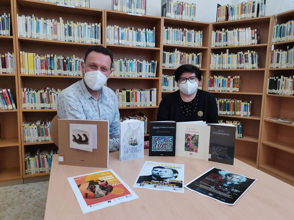 El concejal Vicente Roca y la bibliotecaria Anabel Alonso. FOTO: concello de As Pontes