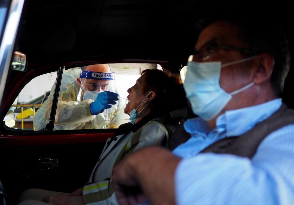 Foto de archivo de un sanitario realizando una prueba PCR - FOTO: EFE / Eliseo Trigo