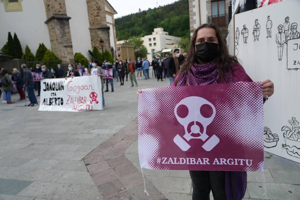 Vecinos de Zalla se concentran en apoyo a la familia de Joaquín tras la finalización del operativo de búsqueda