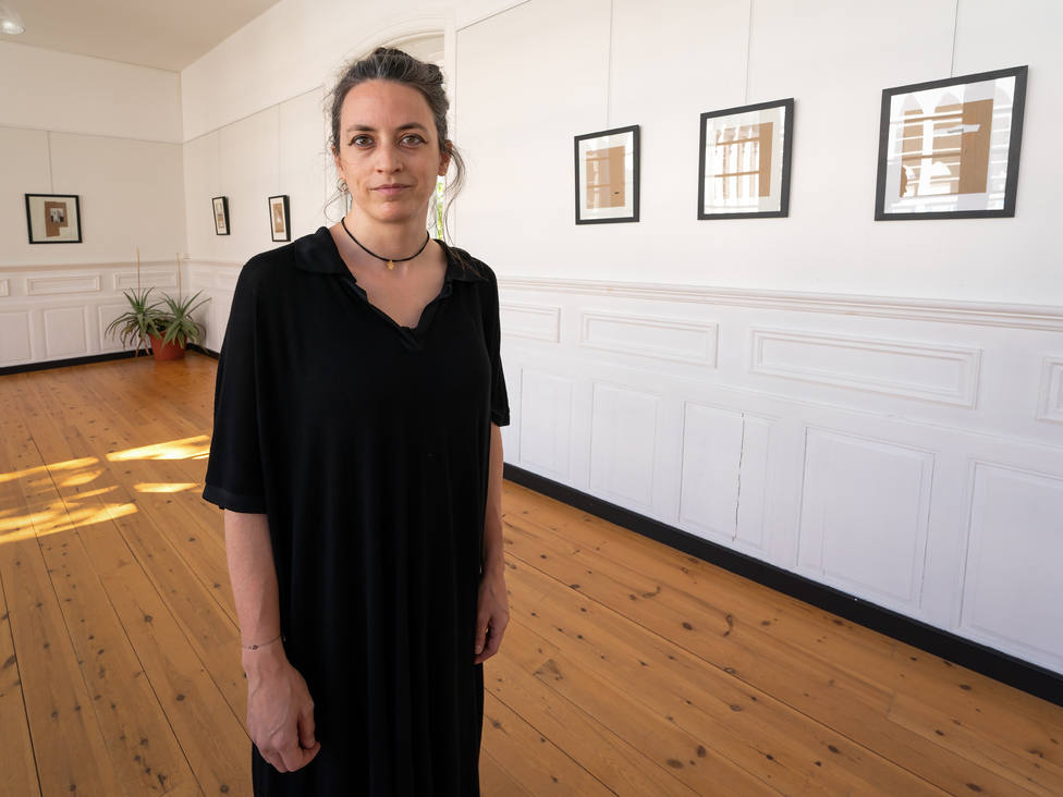 Tamara Painceira Villar expone sus obras en la galería del concello de San Sadurniño. FOTO: César Galdo