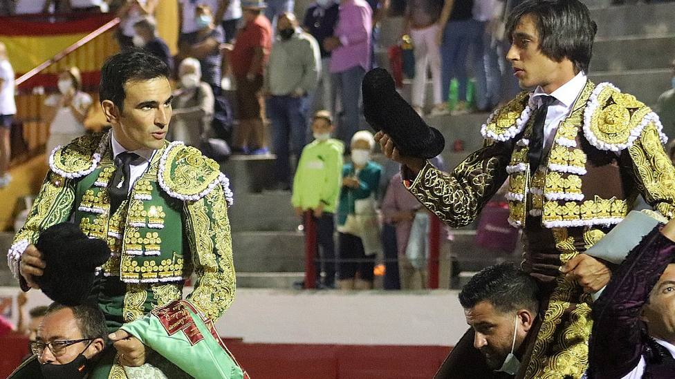 Sergio Serrano y Ángel Téllez en su salida a hombros este lunes en Bargas
