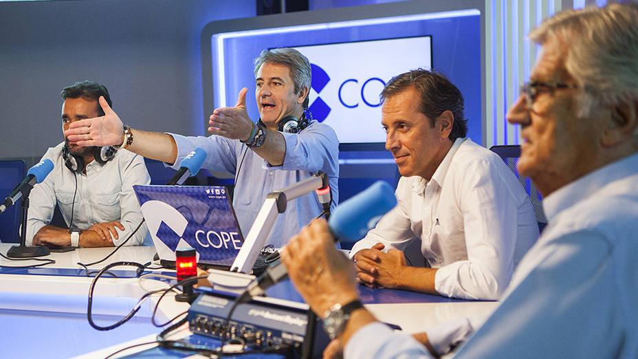 El equipo de Tiempo de Juego en el estudio de la Cadena COPE.