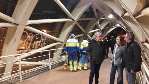 La alcaldesa de Logroño comprobó los trabajos de limpieza de la pasarela