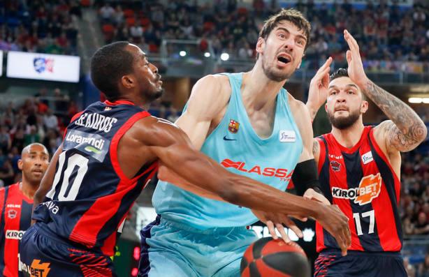 Ante Tomic pierde el balón ante Vincent Poirier y Rodrigue Beaubois. EFE
