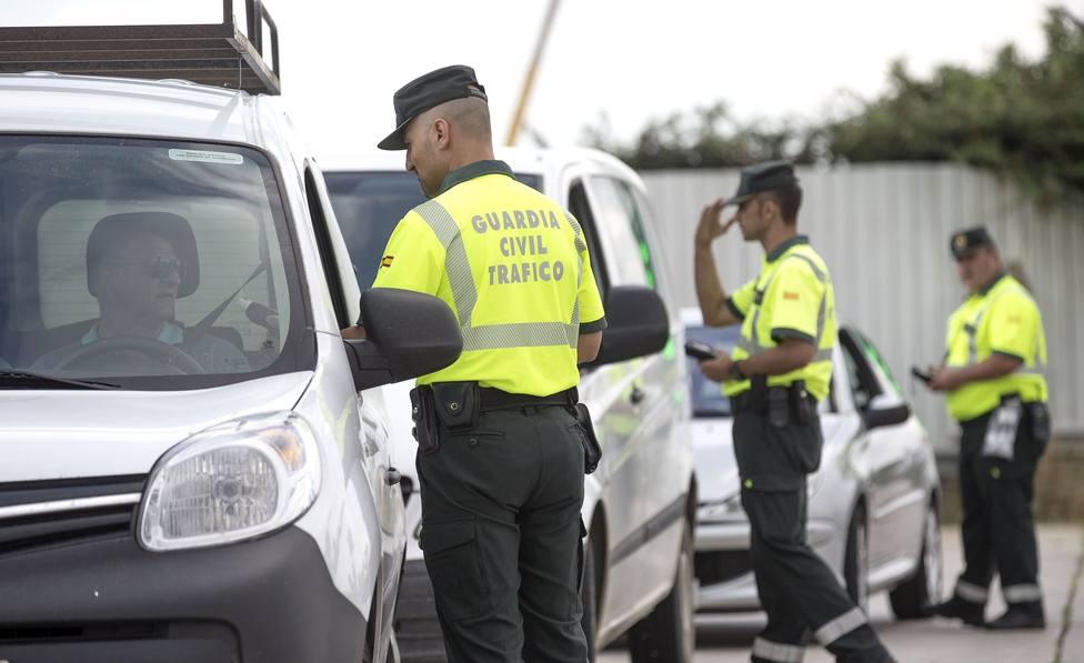 ctv-f9b-varios-agentes-de-la-guardia-civil-de-trafico-realizan-un-control-de-la-tasa-de-alcohol-y-presencia-de-drogas-en-conductores-efe