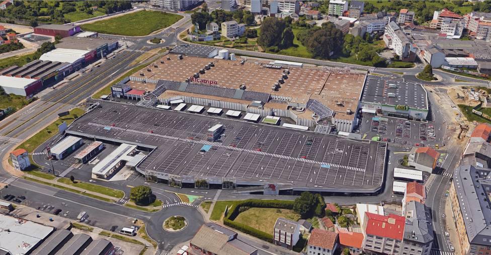 Vista aérea de Alcampo Ferrol, en donde se encuentra la administración de Lotería que vendió los billetes
