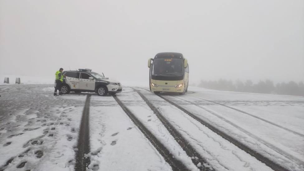 La nieve inmoviliza en Chantada un autobús con alumnos de la USC
