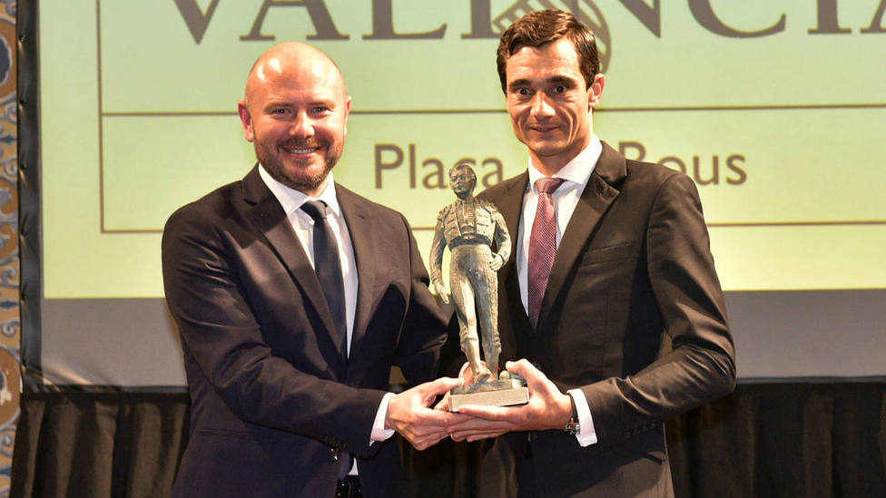 Paco Ureña recogiendo uno de los premios de manos de Toni Gaspar, presidente de la Diputación de Valencia