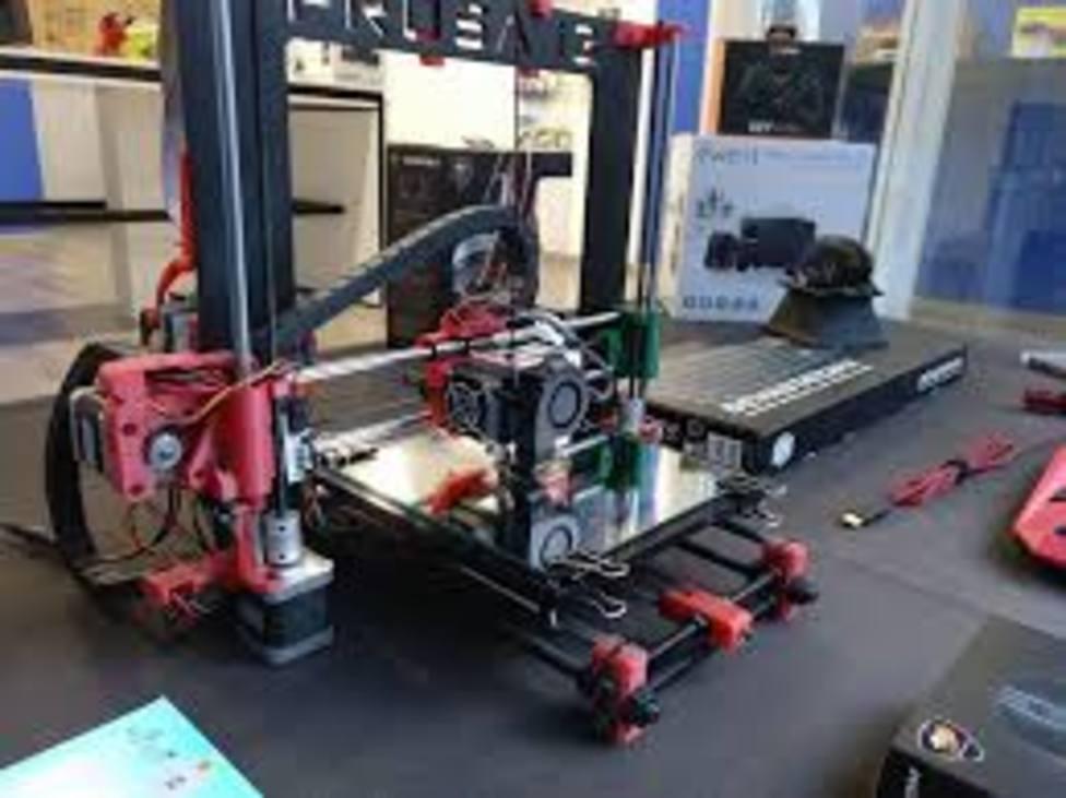 Profesores de Monforte fabrican con una impresora 3D mascarillas que distribuyen gratuitamente